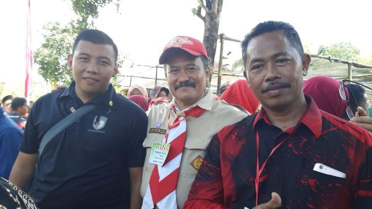 Paspampres Izan Nugroho, Alumni SDN 4 Jatisrono (berkaos sebelah kiri) bersama Bapak Samidi, S.Pd, kepala SDN 4 Jatisrono (tengah)