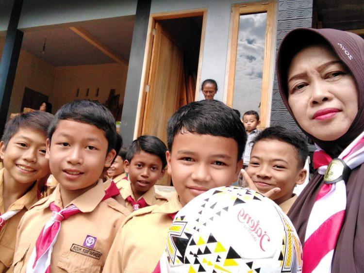 Rizki Andrean siswa kelas 6 SDN 4 Jatisrono mendapat bola dari Pak Ganjar Pranowo