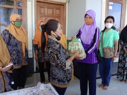 HUT IGTKI, Guru PNS TK Baturetno Berbagi Sembako