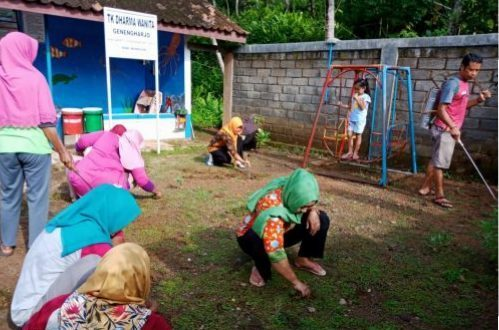 Tanamkan Cinta Lingkungan TK Dharma Wanita Genengharjo Adakan Kerja Bakti